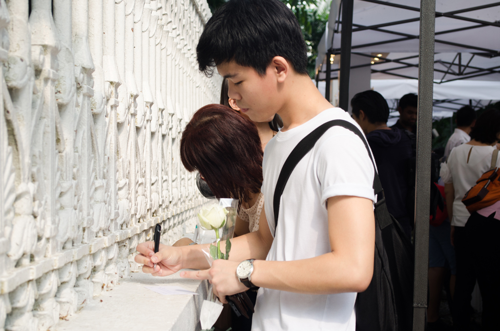 """Ee Soong, 18, a student at Ngee Ann Polytechnic, looked up to Mr Lee Kuan Yew as a fatherly figure and the best in his game.  """"Without him, there will surely be no Singapore,"""" Soong added.  Singaporean youths continue to stream into the queue outside  Istana, after school, some in their uniforms to pay tribute to  Singapore's late founding father. (Photo: Marcus Tan)"""