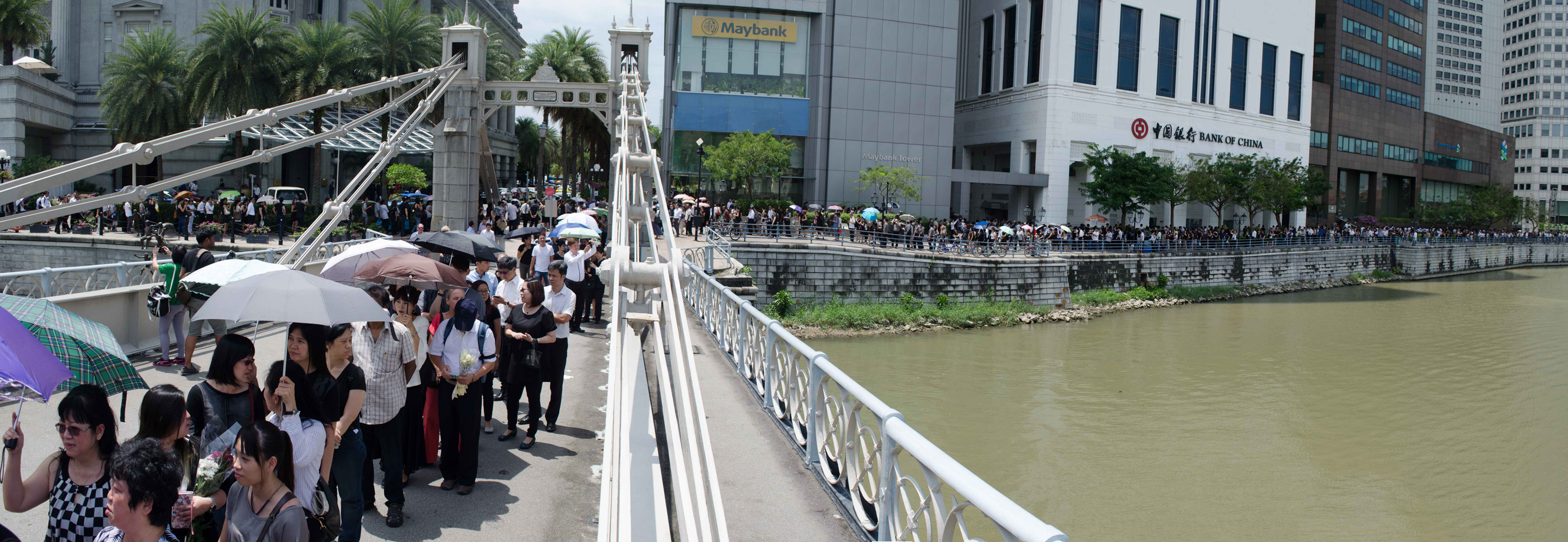 WAITING IN LINE: The queues to the Parliament House to pay last respects to Mr Lee stretched for many kilometres as people braved the heat. (Photo: Marcus Tan)