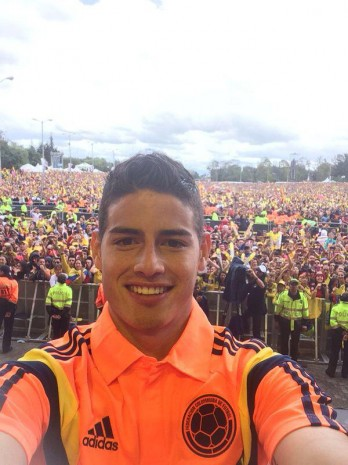 A HERO'S WELCOME: Colombia's key player James Rodriguez takes a selfie with the massive home crowd that gathered to welcome the Colombian players back from Brazil. (Photo: James Rodriguez Official Facebook)